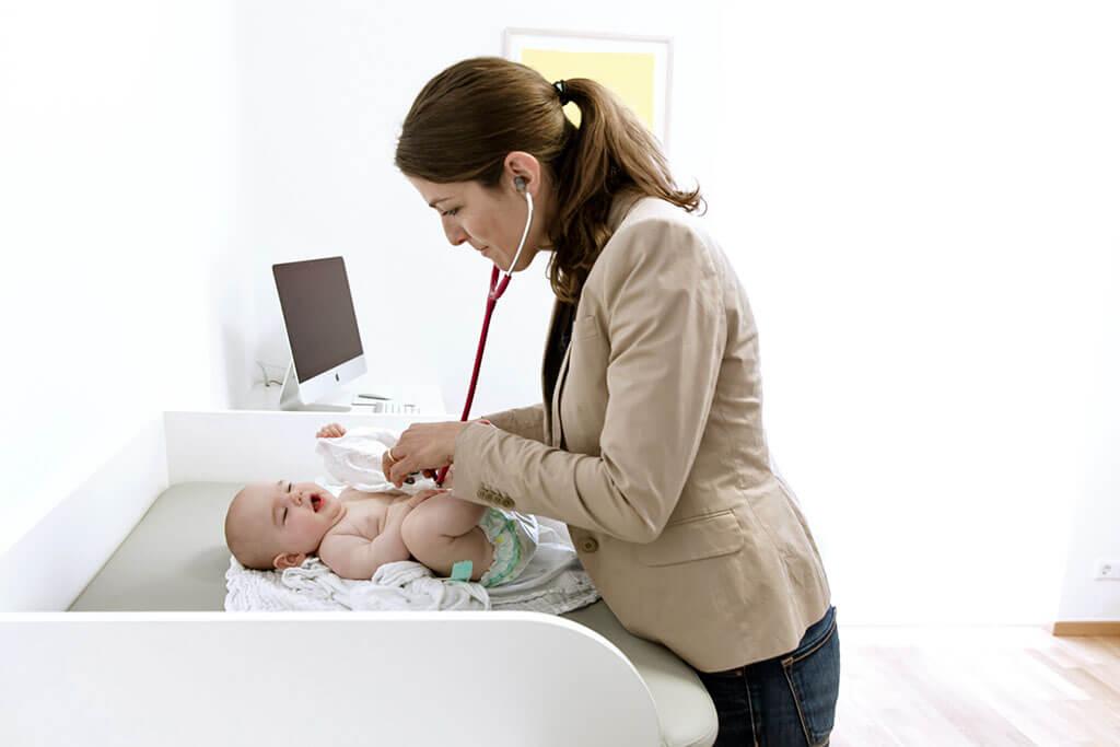 dr-amelie-erbler-impressionen-praxis-10-untersuchung-von-baby
